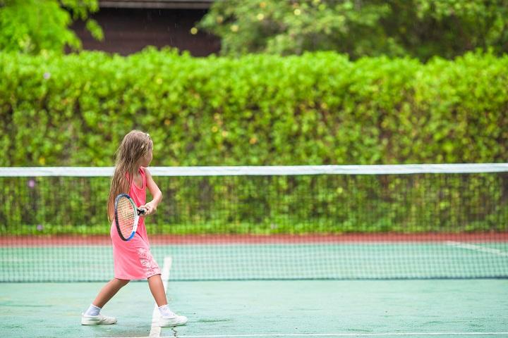 petite fille qui joue au tennis