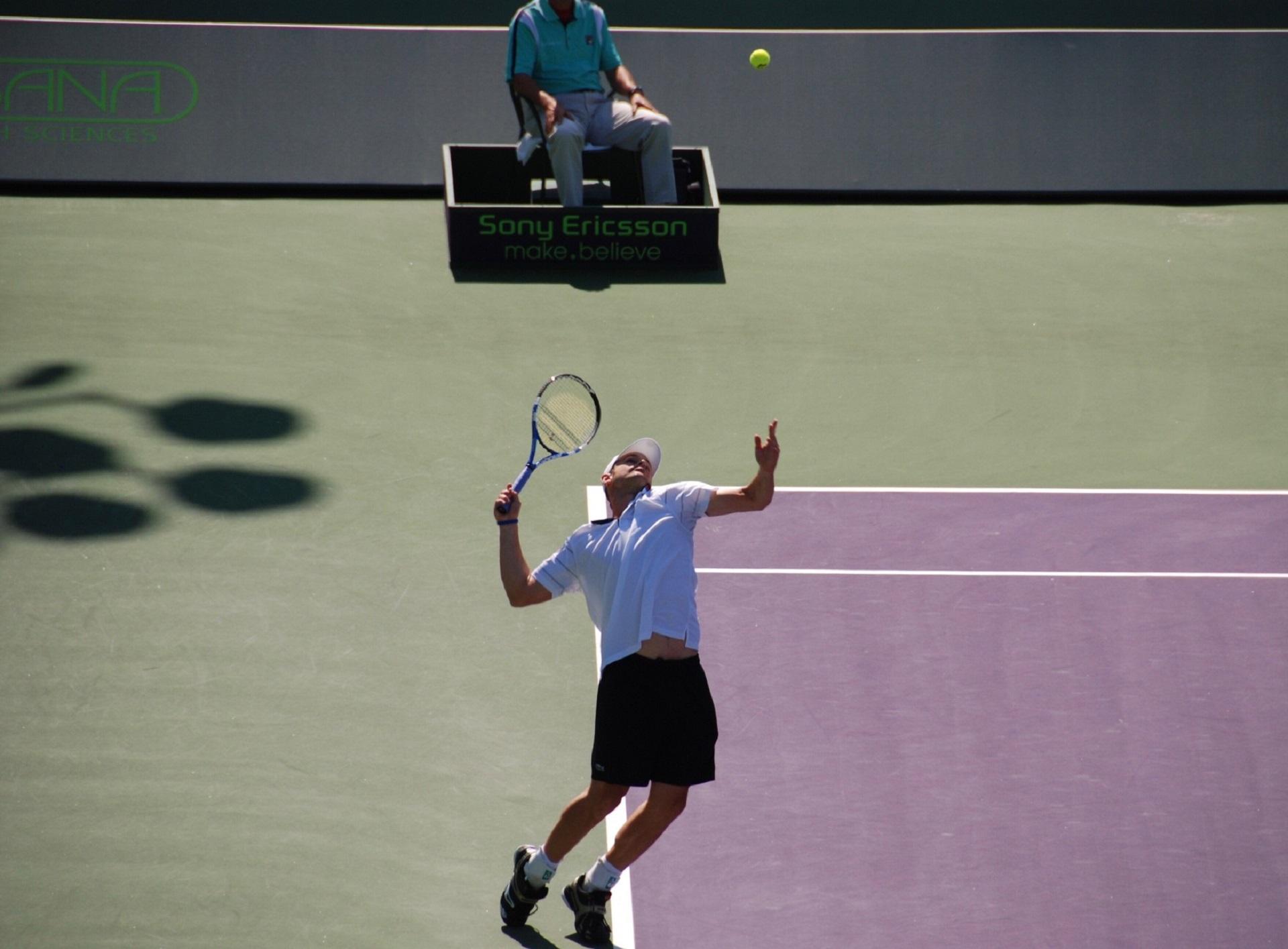 service à plat tennis